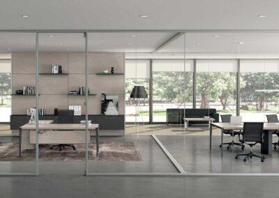 ufficio con pareti divisorie in vetro